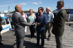 Halonen and Medwedew are being greeted by Ilppo Vuorinen on the island Seili, Finnland